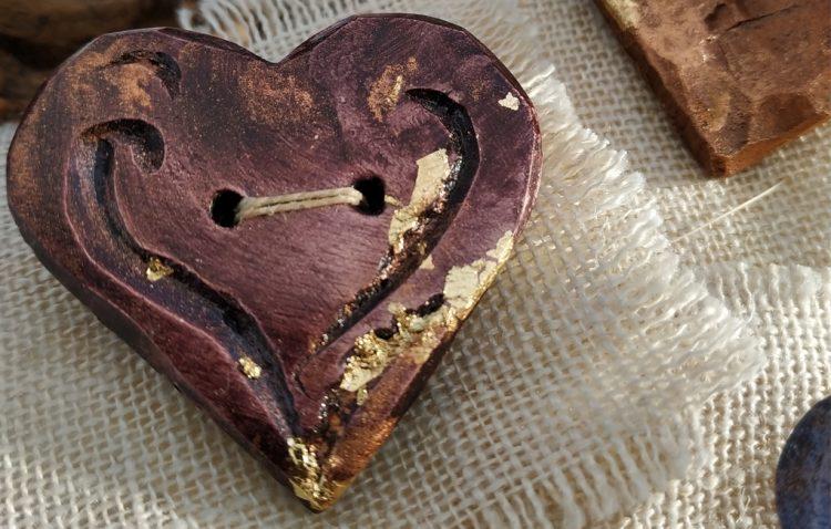 spilla-ceramica-terracotta-cuore-bordeaux-polvere-ramata-fogliaoro-fatto-a-mano