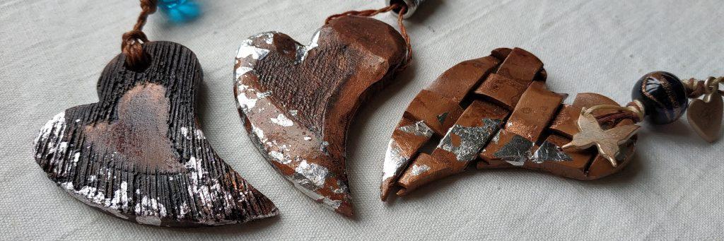 bijoux artigianale cuori in ceramica terracotta con effetto legna