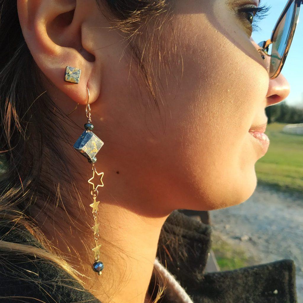 orecchini artigianali asimmetrici con stelline
