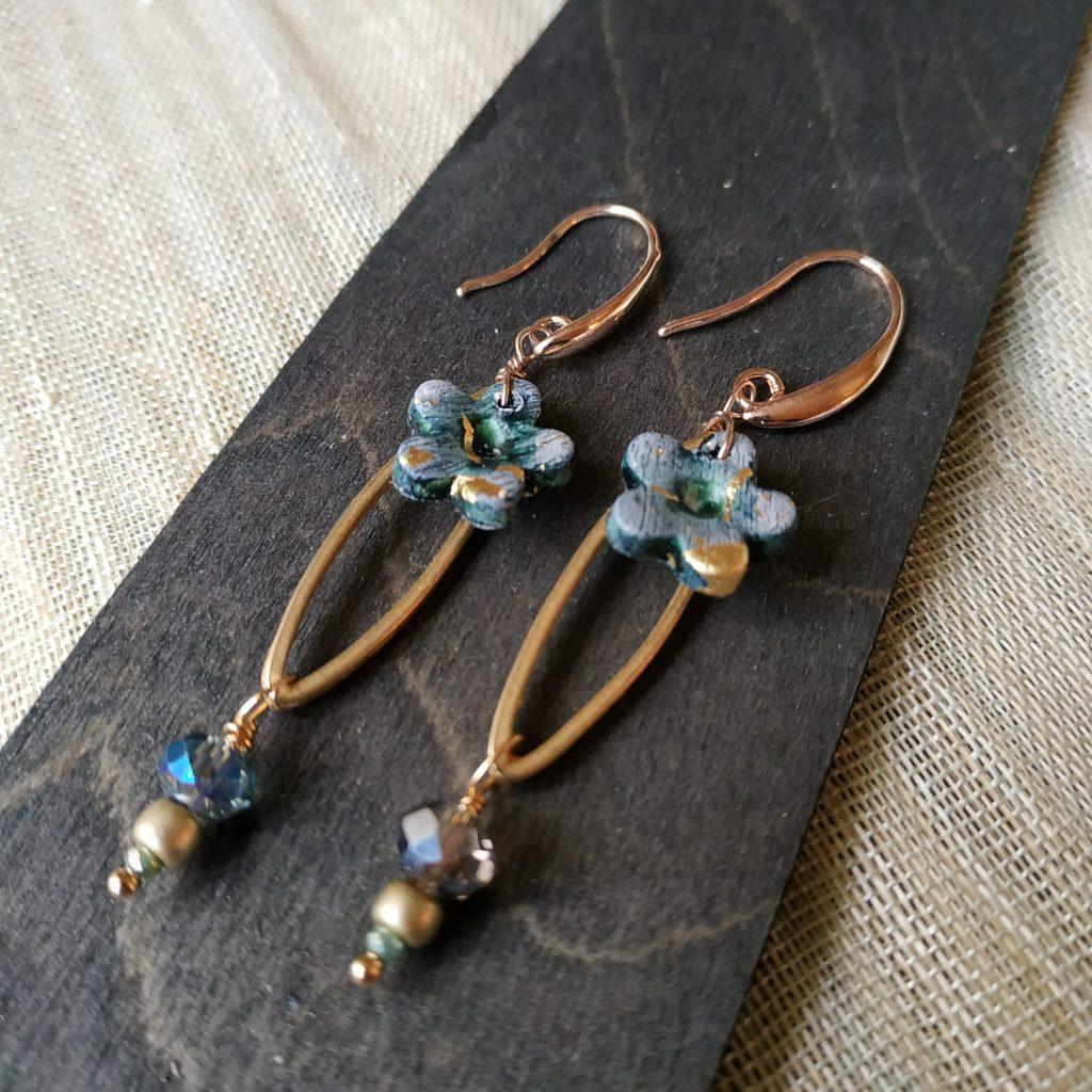 orecchini artigianali pendente design con fiore